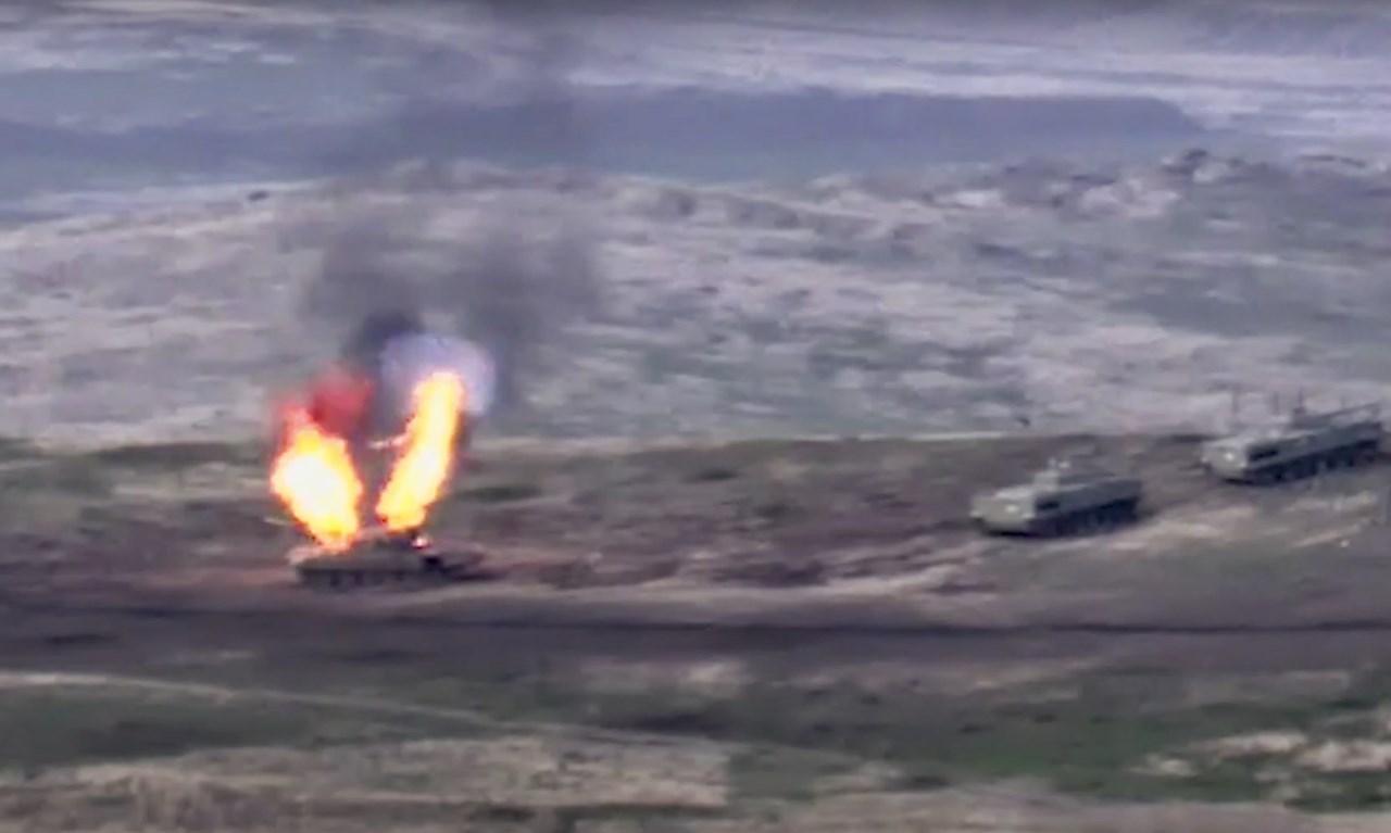 Τανκ των δυνάμεων του Αζερμπαϊτζάν φλέγεται